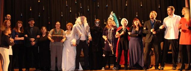Das Ensemble der Weihnachtsgeschichte von Charles Dickens empfängt den verdienten Applaus des Publikums