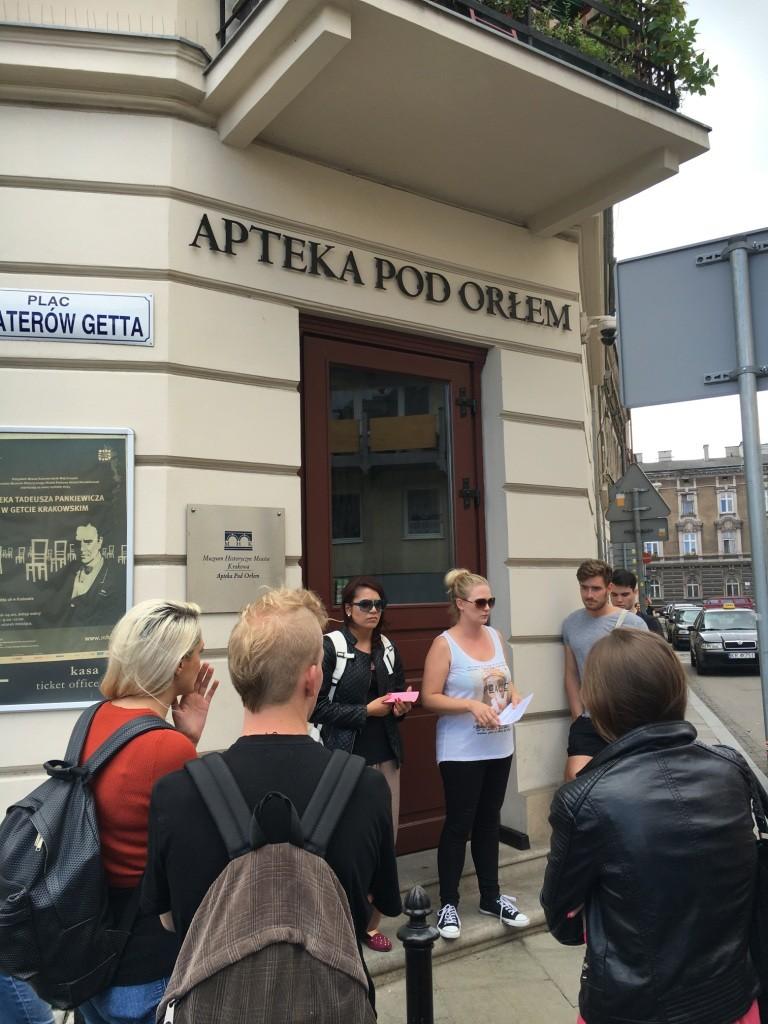 """Vortrag an der """"Adler-Apotheke"""" im ehemaligen jüdischen Ghetto Krakaus. Die Apotheke diente als zentraler Ort des Widerstands im Ghetto, hier wurden falsche Papiere ausgestellt, Nachrichten übermittelt und Fluchtversuche organisiert."""