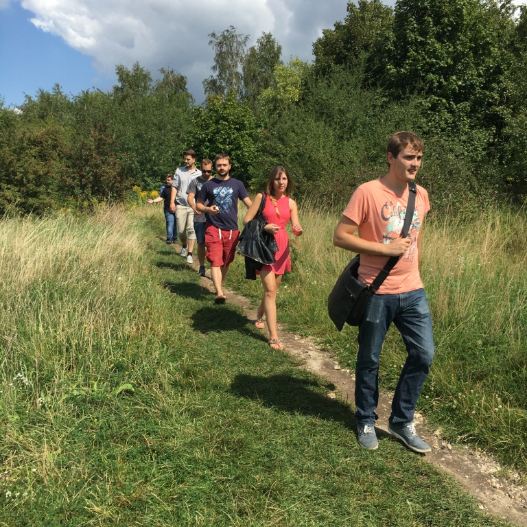 """Was wie ein """"Wandertag"""" aussieht, ist die Suche nach dem ehemaligen Konzentrationslager Krakaus, das weder ausgeschildert, noch als Gedenkort eingerichtet ist."""